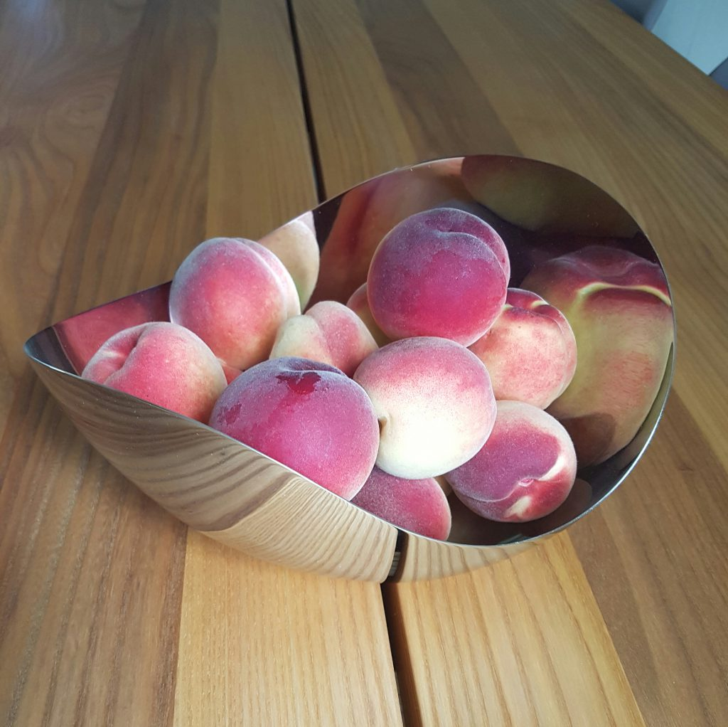 En skål med Fersken fra hagen.