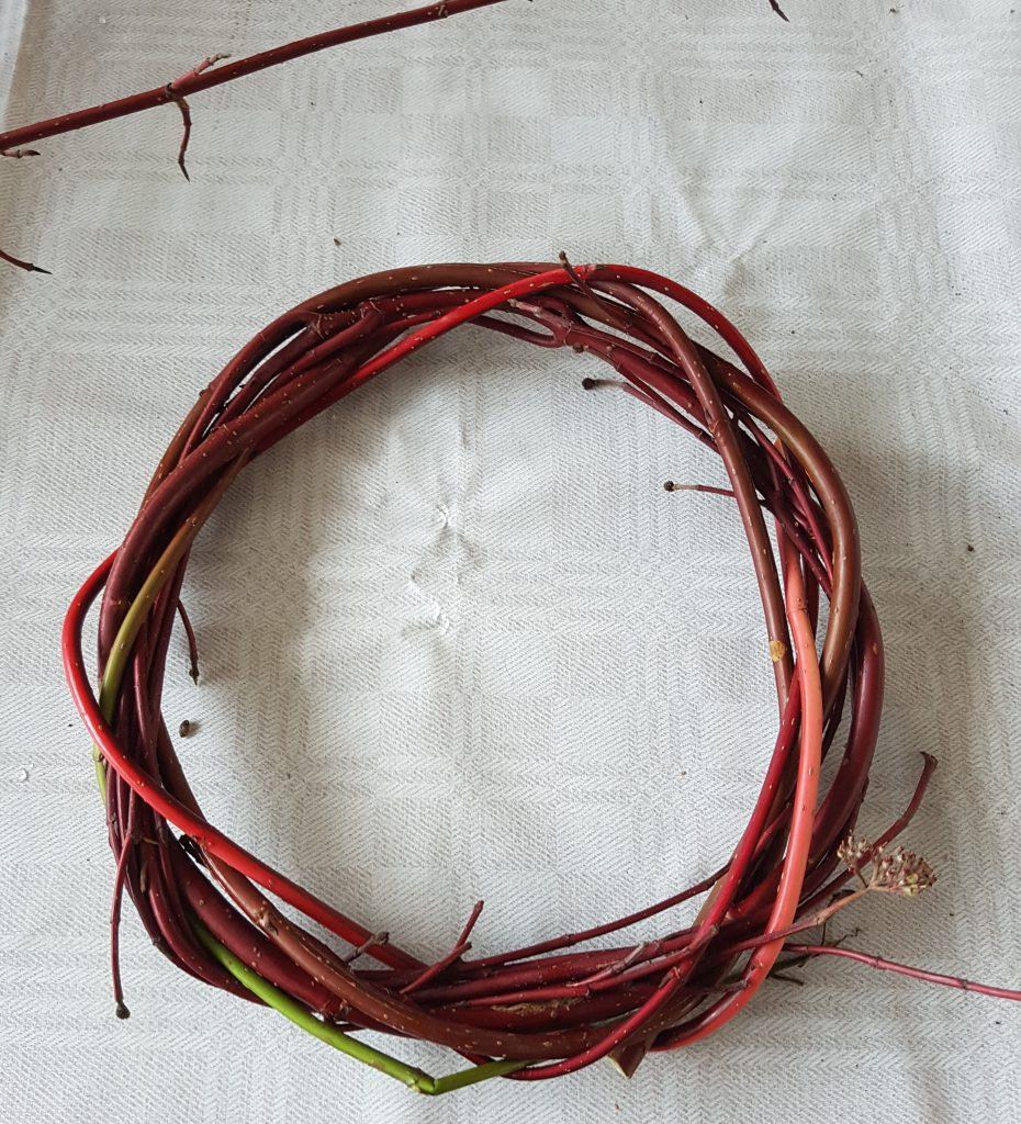 Start med noen grener som vikles i samme retning så det blir en stabil ring i ønsket størrelse