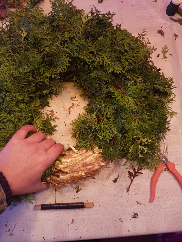 Smaragd tuja danner en fyldig krans og gir et luftig uttrykk