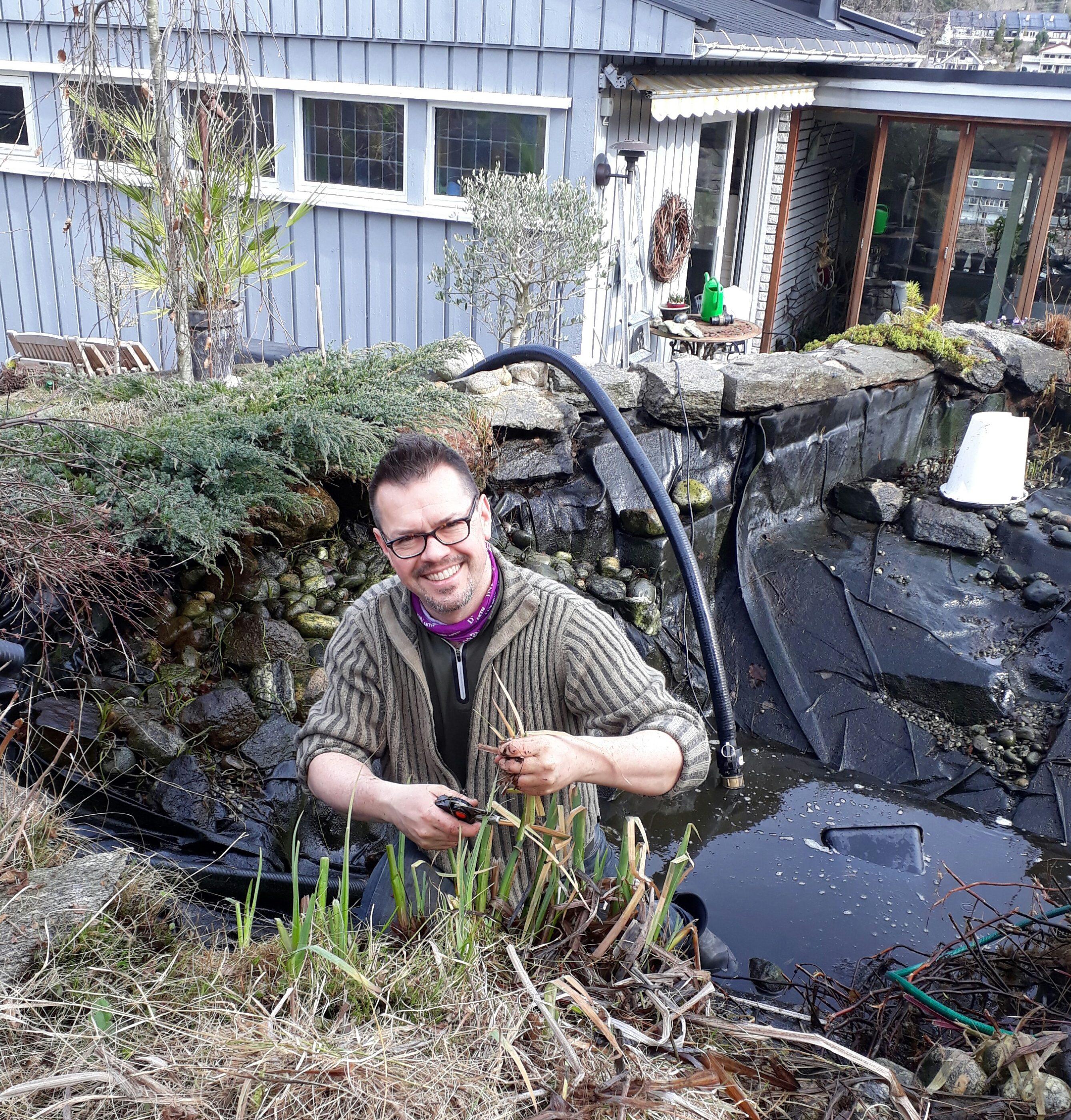 Rensing av dammen er nok årets største og viktigste grisejobb i hagen.