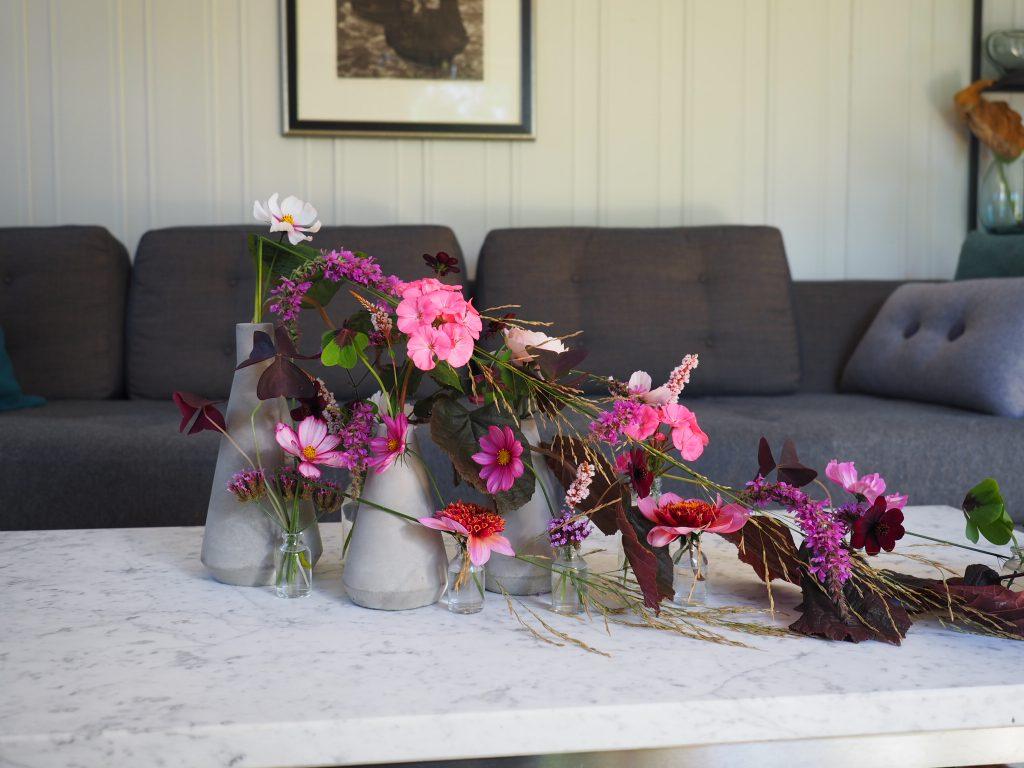 vaser med høstblomster