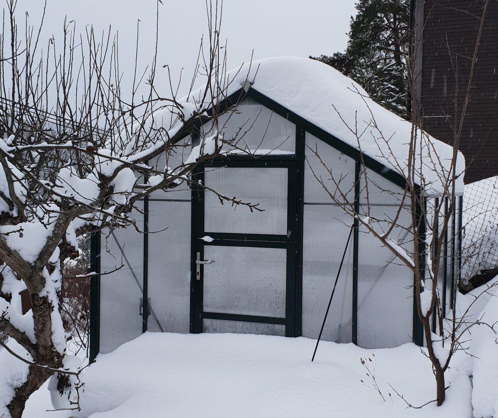 Snø på taket måkes av