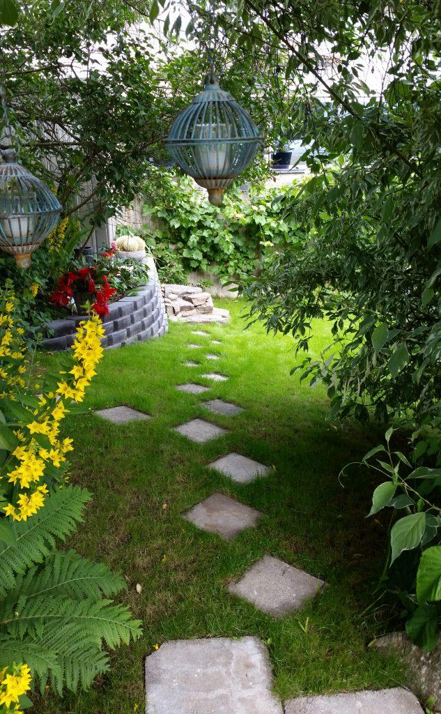 Veien til et rom i hagen.