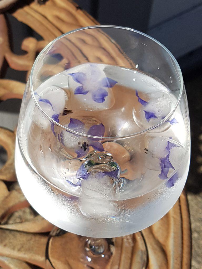 Agurkurt isbiter med en blomst i hver.