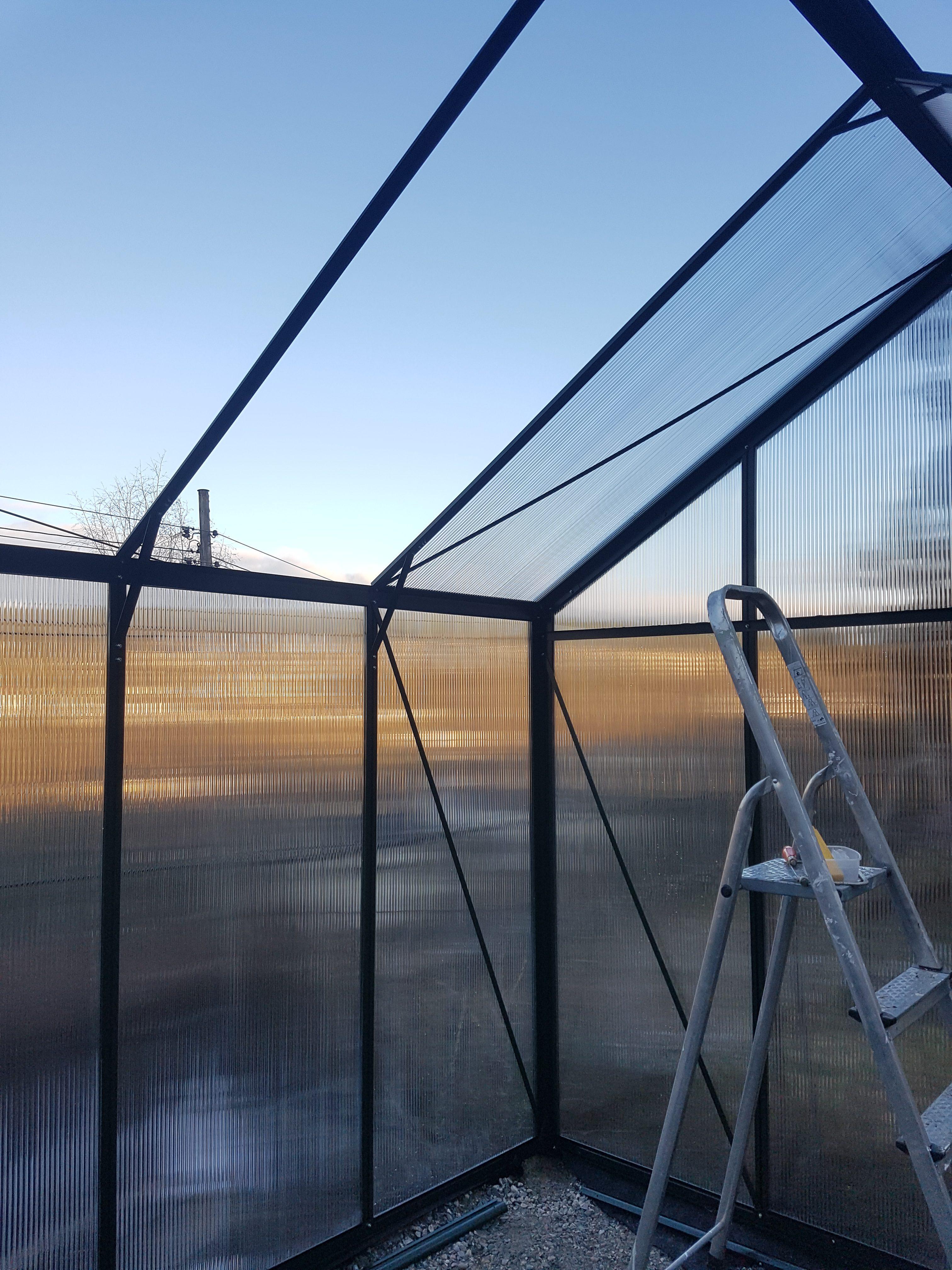 Siste innspurt for ferdig drivhus i hagen:-)