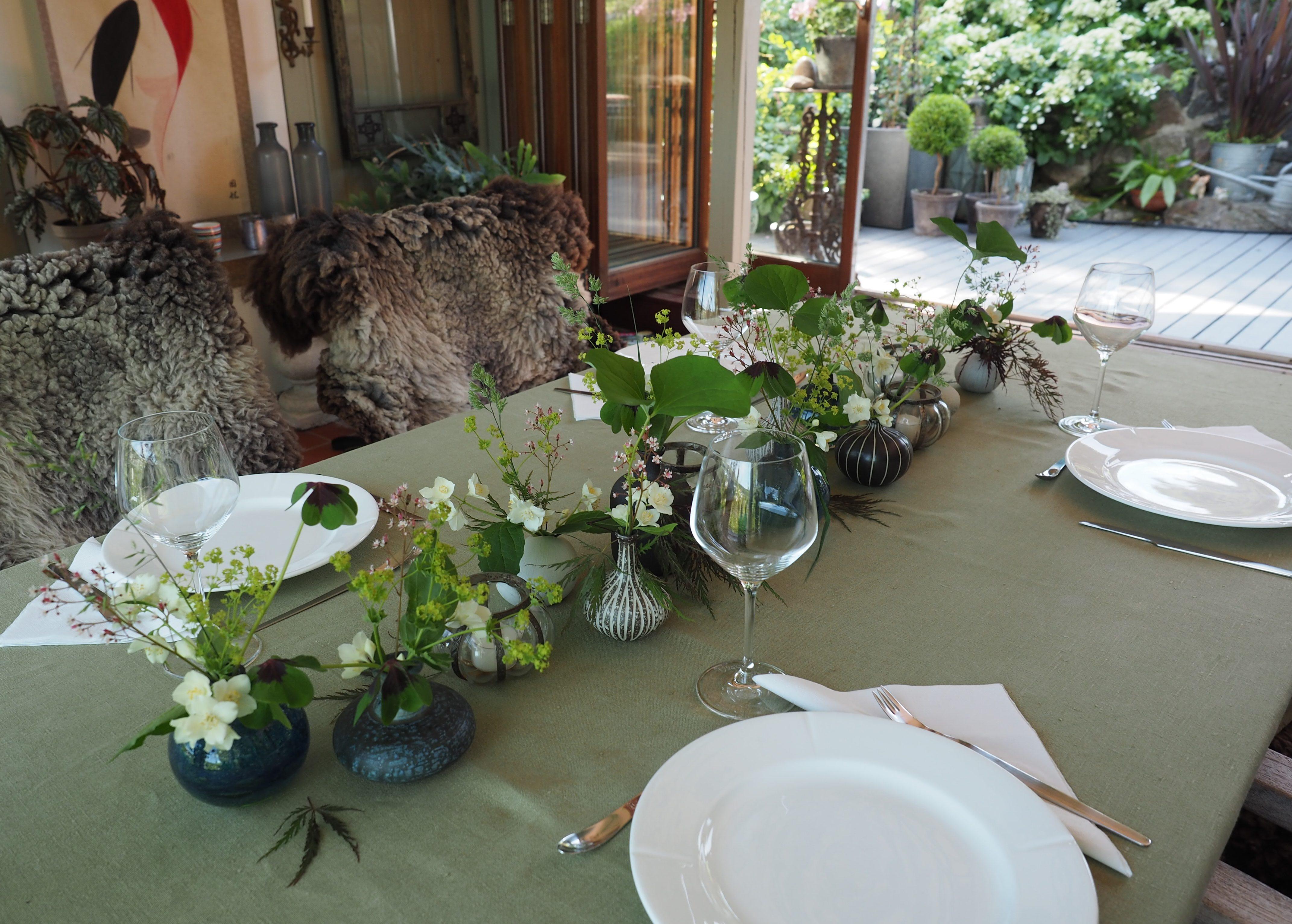 En sommerlig og enkel bordpynt til gjestene kommer.