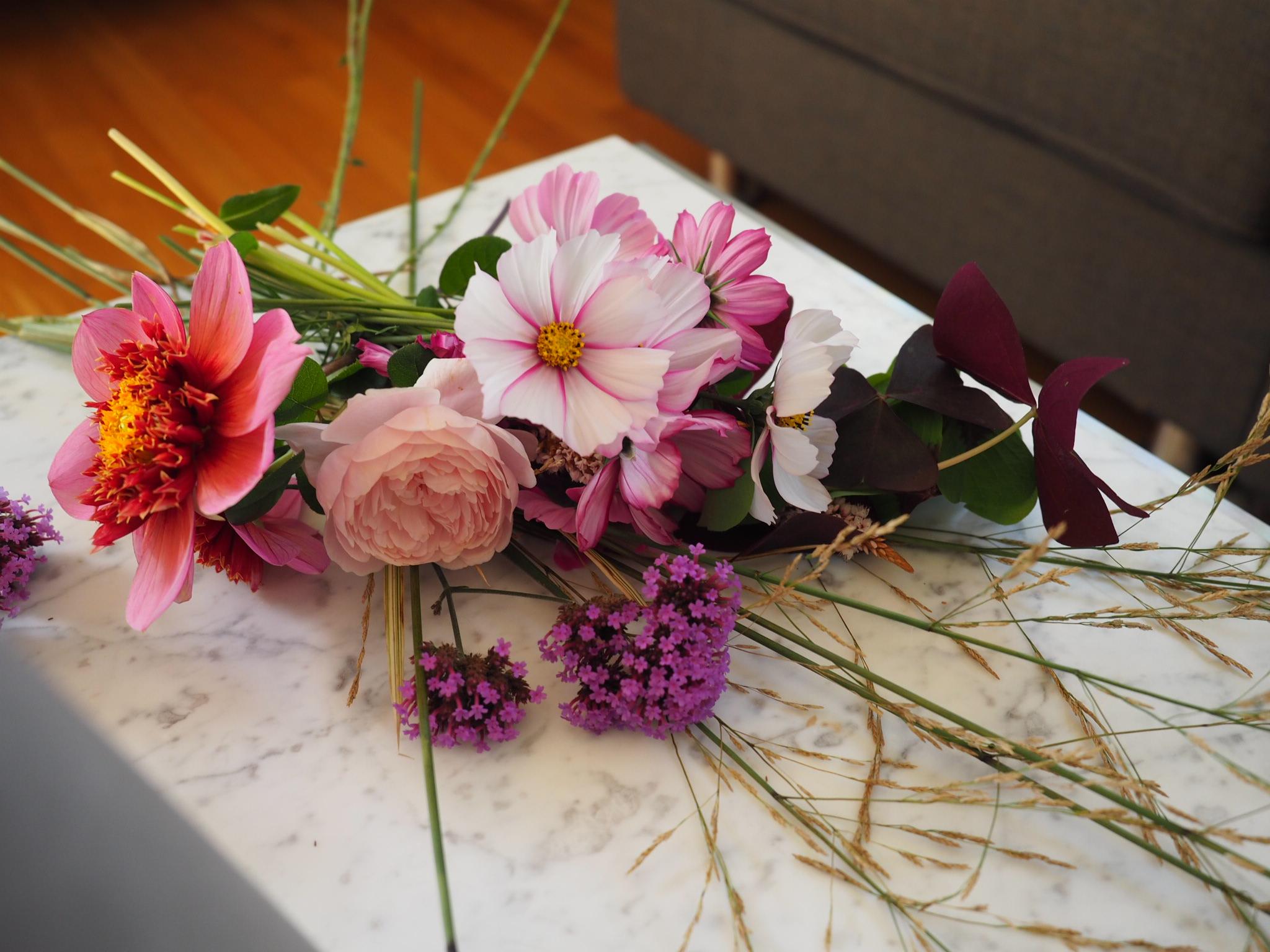 Flytt sensommerhagen inn med blomster i vase.
